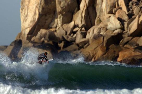 Mesmo com o mar pequeno, Mineirinho caiu no mar na Praia da Vila