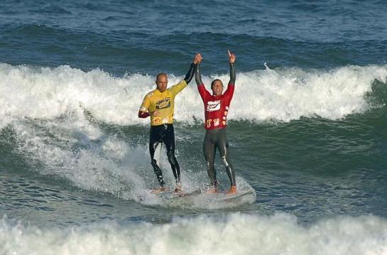 Kelly e Mineiro saindo do mar após a disputa