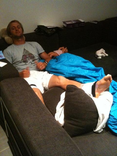 Josh Kerr com o pé imobilizado