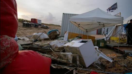 A chuva e os ventos fortes derrubaram uma parte da estrutura do evento